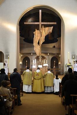 Prières en bas de l'autel